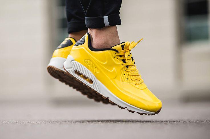 La Nike Air Max 90 VT 'Bright Yellow' offre une empeigne monochrome jaune, sans coutures, couplée avec une midsole blanche et une gumsole.