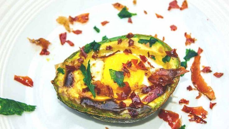 Avocado bacon egg ricetta americana, avocado ripieno d'uovo pancetta al forno