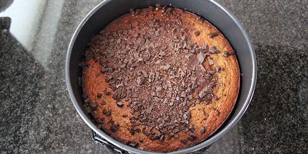 Kom den hakkede chokolade på den varme kage lige når den er kommet ud af ovnen.