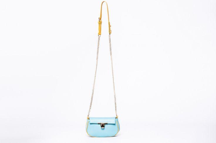 Apró táska, ami elegánsabb, és a hétköznapi viselethez is beilleszthetõ. A tavaszra emlékeztető szikrázó színben.