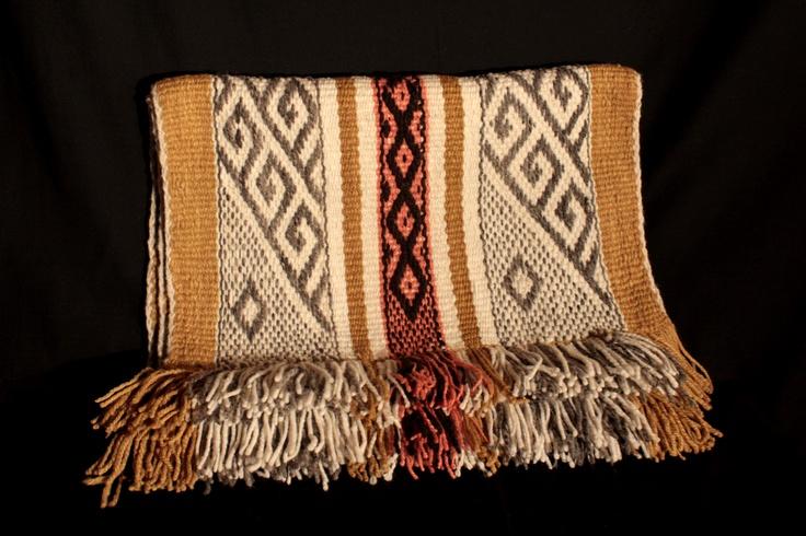 Pieza tradicional mapuche teñida con tintes naturales, labor de gancho.