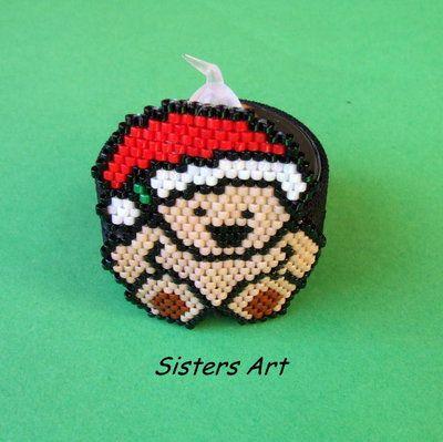 """Coprilumino """"Orsetto natalizio"""" composto da una fascetta di elastico nero, con applicazione a forma di orso realizzata con perline delica, by Sisters Art, in vendita su http://www.misshobby.com/it/negozi/sisters-art"""