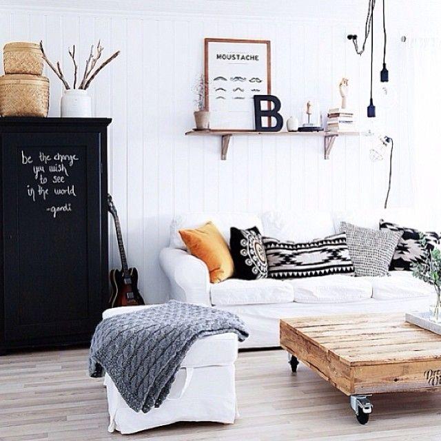 En varm og lun stue som inviterer til kos og hygge😊👌⭐️ ( cred: @bea_cici )  #scandinavianroom #scandinanavianstyle #scandinavianinterior #interior #interiør #inspirasjon #inspiration #design #nordic #room #homeinspiration #skandinavisk #design #stue #livingroom #wood #kelim