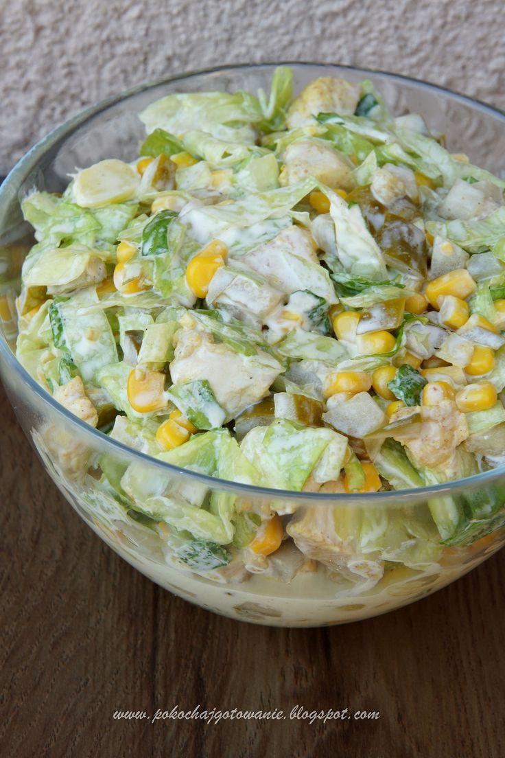 Składniki:  - 1 podwójny filet z kurczaka  - ok. 3/4 szklanki marynowanej cebulki  - 1 puszka kukurydzy  - 4-5 średnich marynowanych ogórków...