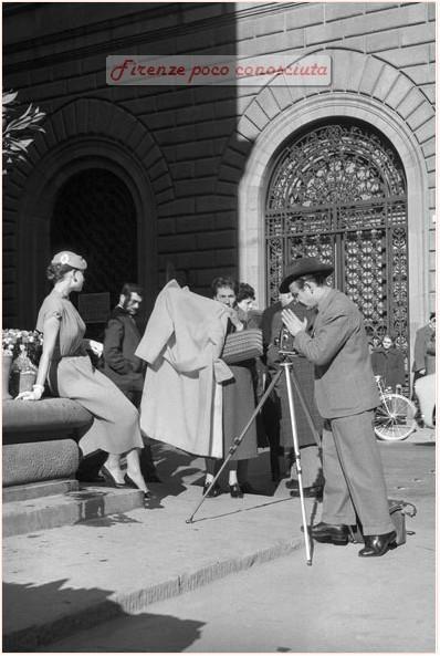Scatti fotografici di moda all'aperto in Piazza Strozzi, anni 60(?) #Firenze.