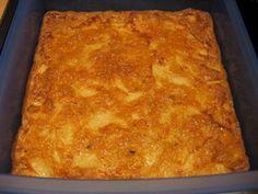 Cómo hacer Tortilla al horno. Precalentamos el horno a 160º. Pelamos y cortamos las patatas en rodajas de 0.5 cm. Las ponemos en el fondo de una bandeja grande