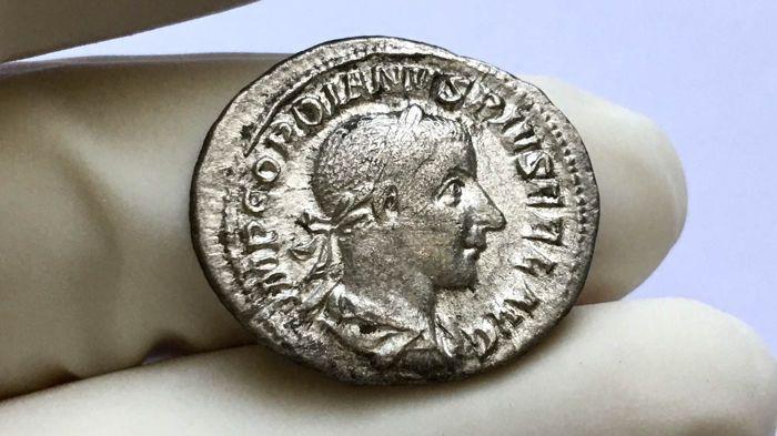 Romeinse rijk - Gordianus III 238-244 AD. Penning Rome 240 AD.  Imperial RoomsGordianus III 238-244 AD.Penning (zilver 20mm 3.1 g.) Rome 240 AD.Obv:Imp GORDIANVS PIVS FEL AVG Laureate gedrapeerd en cuirassed buste van Gordianus naar rechts.Rev. SALVS AVGVSTI Salus permanent juiste voederen van slang van patera gehouden in haar rechterhand.Cohen 325. RIC 129.Goed gecentreerd en afgezwakt. Zeer fijn.Echtheid gegarandeerd.Zie de beelden om te vormen van uw eigen indruk.Veel zal worden verzonden…