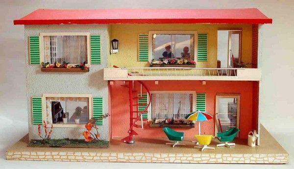 """Firma Moritz Gottschalk, 1966, mit originaler Einrichtung. """"Modernes Puppenhaus, mit vier Räumen, in Holz und Hartfaserplatten, lackiert und in Rauhputz gestrichen, mit Tapeten, Fußboden und Gardinen ausgestattet, dekoriert mit Steingartenbeet"""" (Auszug aus einem zeitgenössischen Anzeigentext in der Fachzeitschrift """"Das Spielzeug"""")"""