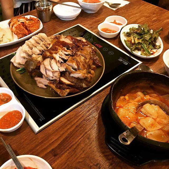 Last dinner in Korea 最後の晩餐in韓国は、チョッパル❤️ソンシンヨデにある店で、豚足食べたの2回目‼︎ 今回は明らか爪の形してるやつもバリバリ食いついたよ笑 ブヨブヨの皮とか、柔らかい肉とか、あの独特の味付けが美味すぎた(*^o^*) ポッサムとのバンバンにしたけど、豚足ばっかり食べた美味しすぎて  2月19日からの韓国生活今考えるとあっという間だったけど、やはり韓国の3大トップの1つである高麗大生として過ごせて少しは成長できた❗️ 大学はやはりレベルの高い所に行くべきだと改めて感じました。  #foodporn #instafood #yum #dinner #pork #koreanfood #夜ご飯 #外食 #韓国料理 #ポッサム #チョッパル #豚足 #肉 #キムチ #スジェビ #コラーゲン #たっぷり #ボリューミー  #かぶりついた #好物 #独特 #最後の晩餐 #海外生活 #韓国生活 #韓国留学 #성신여대