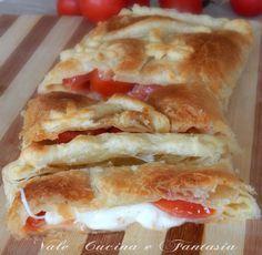 Strudel con pomodori e provola ricetta facilissima veloce economica e molto gustosa ideale per un'antipasto oppure anche come secondo piatto