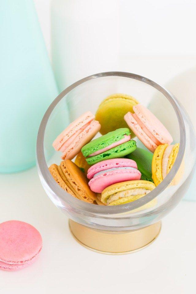 DIY Glazen bol op gouden voetstuk. Leuk voor snoep, koekjes óf een mini-terrarium (voor de urban jungle lovers). // via Sugar & Cloth