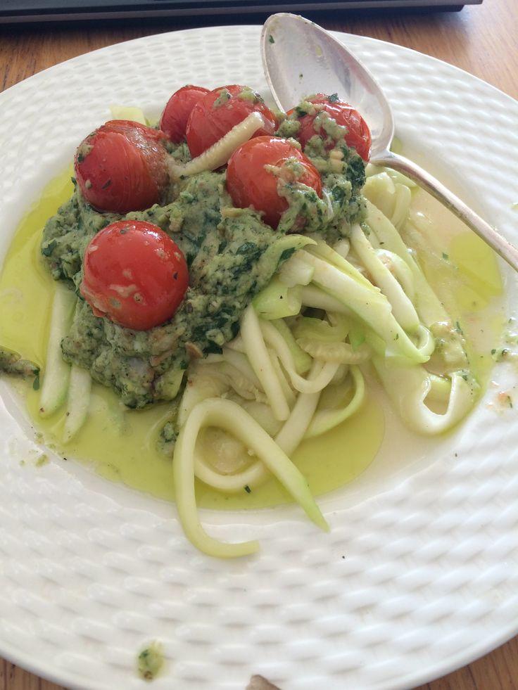 Courgettini met huisgemaakte pesto en cherrytomaatjes