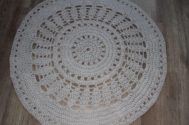 Lichtgrijs, diameter 130 centimeter   GEHAAKTE VLOERKLEDEN   poefenzo
