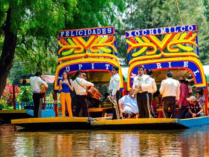 Мехико. Сочимилько называют «мексиканской Венецией». Изначально здесь располагалось озеро с островами. Сейчас это излюбленное место местных жителей, а также гостей столицы. Каждые выходные по каналам ходят разукрашенные во все цвета прогулочные лодки, украшенные цветами и лентами. Ими управляют эмбаркадерос с шестами и в сомбреро. Всем раздают цветы, а музыканты исполняют мексиканские мелодии.