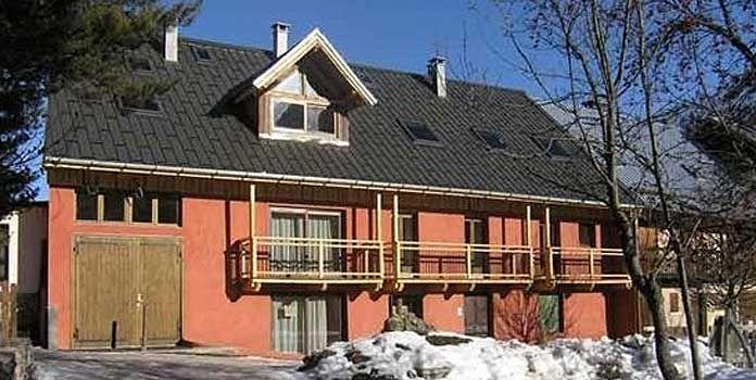 Het recent gerenoveerde Chalet-appartement l'Alpe de Virgile ligt direct aan de piste in Valloire. Deze