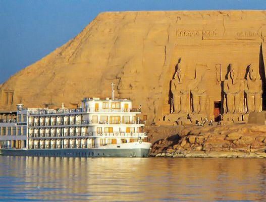 Prise en charge de votre location d'Abu Simbel. Transfert sur votre bateau de croisière du lac Nasser. Déjeuner à bord. Après le déjeuner, visite des temples d'Abu Simbel. Dans la soirée, spectacle son et lumières aux temples d'Abu Simbel. Retour sur votre bateau et nuit à bord (petit déjeuner, déjeuner et diner)