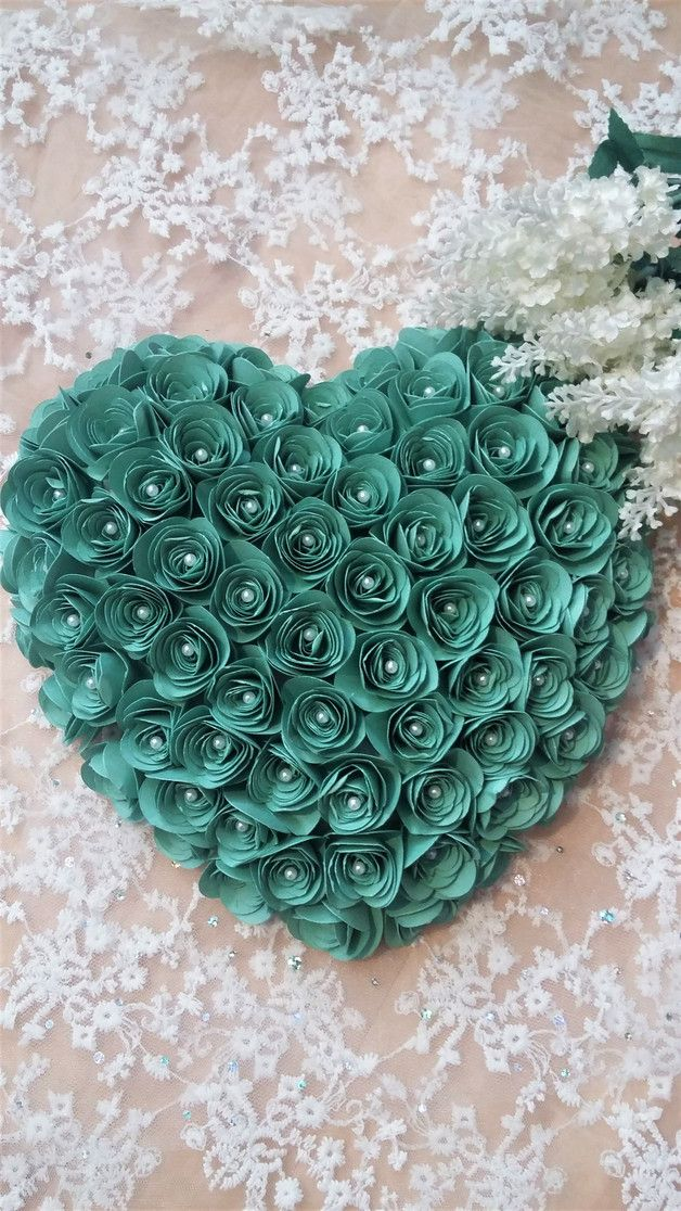 Handgefertigtes Ringkissen bestehend aus ca. 88 Rosen. Die Rosen werden auf ein Styroporherz geklebt und mit Perlenstecknadeln in Creme oder Silber festgesteckt. Farbe der Papierrosen...