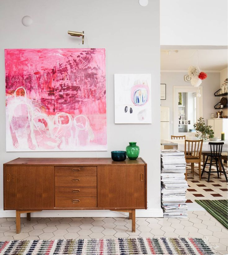 Olohuoneessa on Janinen ystävän, Pipsa Pentin, suurikokoinen maalaus. Pieni maalaus on Etsy.com-nettikaupasta. Vanha senkki on lahja ystävältä. Janine on sisustuslehtien suurkuluttaja, lehtipinot kasvavat korkeutta.
