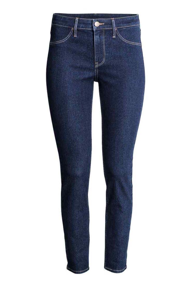 Skinny Regular Ankle Jeans: Enkellange jeans van elastisch, gewassen denim met een normale taille en extra smalle pijpen. De jeans heeft fake zakken voor en echte zakken achter.