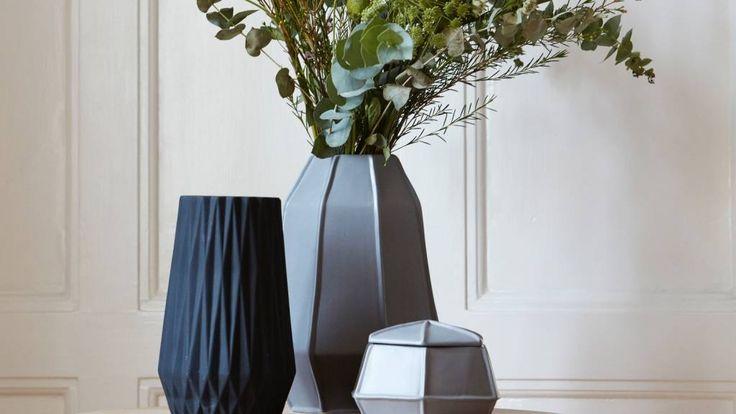 Stoer, geometrisch en toch stijlvol. Met deze zwarte vaas haal je een pronkstuk in huis. #zwart #geometrisch #vaas