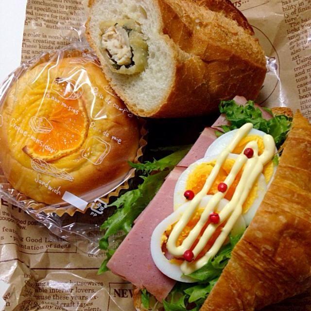 私も7時40分には出ないとダメなので簡単にサンドイッチのお弁当。  ・クロワッサンサンド(ハム、サラダ) ・バケットサンド(ささみ梅シソ) ・みかんクリームパン ・コーンスープ - 45件のもぐもぐ - 12/23 次女弁当 by Mika