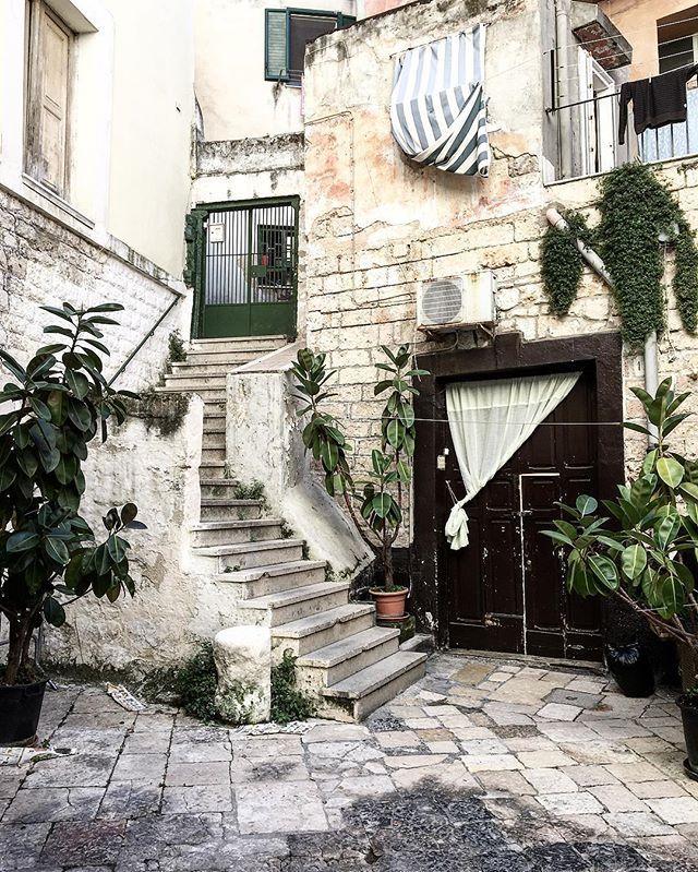 Angoli di una cittadina che sembra rimasta ferma nel tempo.. Queste passeggiate ti rigenerano!  Cosa ne pensate amici?  Buongiorno! ☀️ . . . . #Italy #Italia #Puglia #Apulia #Igbari #basilicasannicola #Bari #Me #Morning #Igers #IgersPuglia #IgersBari #Pugliagram #Art #Heritage #Architecture #Perspective #White #Colors #Vsco #Vscocam #Instabest #PicOfTheDay #Nature #InstaNature #Landscape #Summer #WeAreInPuglia #VolgoPuglia #VisitPuglia