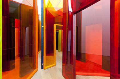 """""""A la lisière de la sculpture, de l'architecture, de la scénographie et de l'environnement, l'artiste Laurent Pariente investie avec ferveur les espaces d'exposition."""" """"Principalement fondé sur la construction appliquée d'une multitude d'espaces cloisonnés ouverts les uns sur les autres qui ne s'offrent pas comme un objet que l'on contourne mais comme un endroit dans lequel on s'enfonce."""""""