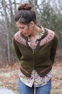 Via Ravelry: Et bilde til av Ellen Cardigan av Amy Christoffers. Gratis opskrift på engelsk.