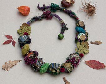Lange klobige Kette, Statement rustikale Schmuck häkeln mit Stoff Knöpfe und Faser und fühlte sich Perlen und Pailletten, Herbstfarben, OOAK