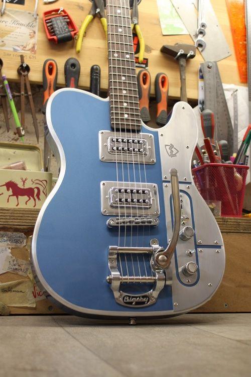 Une Telecaster revisité par les français de chez Meloduende. Spécialiste des guitares en aluminium. Retrouvez des cours de musique d'un nouveau genre sur MyMusicTeacher.fr