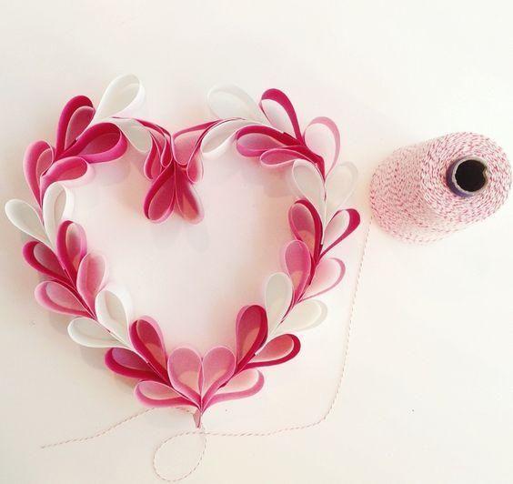 海外では、バレンタインデーの時期にお部屋の中や玄関の扉にハート形のリースを飾ります。思い思いに手作りした「バレンタインリース」を飾れば、いつもより楽しくバレンタインを楽しめますよ♪可愛いハート形リースは、100円ショップに売っているものを活用して簡単に手作りできます!紙や針金ハンガー、リボンや毛糸など身近にあるものを使ってハート形リースを手作りしましょう。作り方のアイデアをご紹介します。 | ページ1