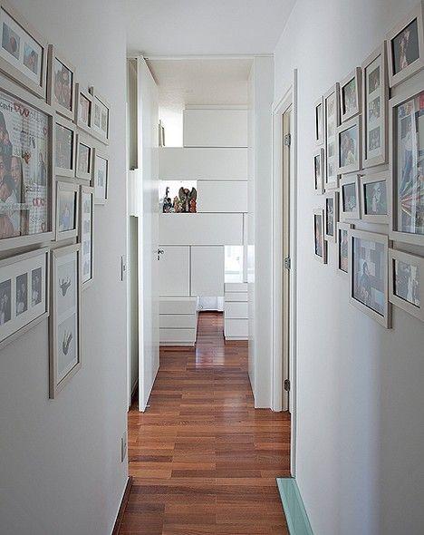 Corredor branco, estreito e sem graça? Transforme-o em uma galeria particular, com fotos da família. Projeto da arquiteta Claudia Pecego
