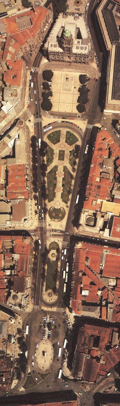 A Avenida dos Aliados foi traçada pela mão do inglês Barry Parker em inícios do século XIX e edificada segundo o arquitecto portuense Mar...