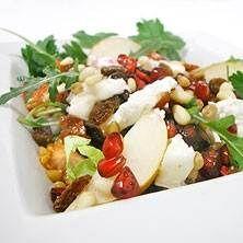 Fräsch sallad med getost, rostade pinjenötter och granatäpple.