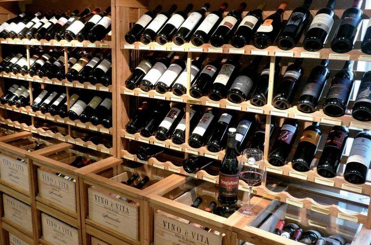 Präsentation und Lagerung von Weinflaschen und Weinkisten