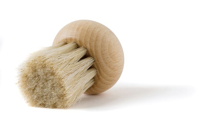 Beukenhouten rond borsteltje voor het schoonmaken van champignons. Stevig, maar zacht haar zodat de champignon niet beschadigt.