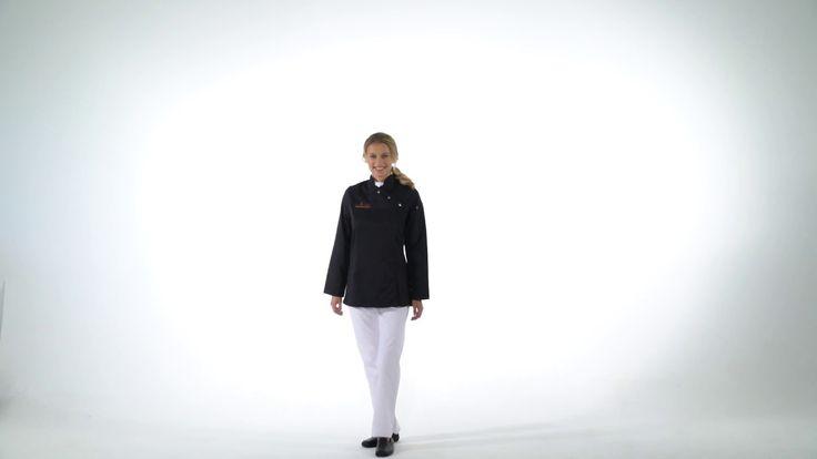 Georgia Damen Kochjacke >>  Die elegant taillierte Kochjacke bietet durch Stretcheinsätze im Seitenteil und einen Faltenboden im Rücken ausreichend Bewegungsfreiheit in der Küche. Ein eleganter Stehkragen mit V-Kante, die einseitige Drucker-Verknöpfung und eine Stiftetasche am linken Oberarm runden das funktionelle Modell ab.