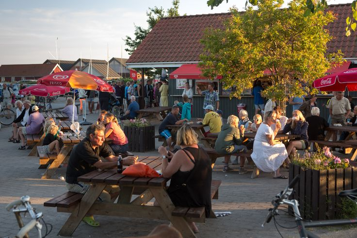 Havnegrillen på Rørvig havn med masser af mennesker ved de mange udendørs borde