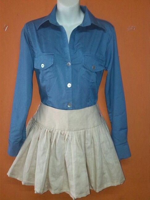Camisa manga larga  elaborada en chambray y falda corta de pliegues