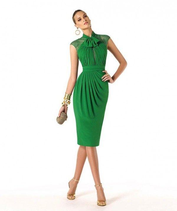 Vestido verde y zapatos dorados