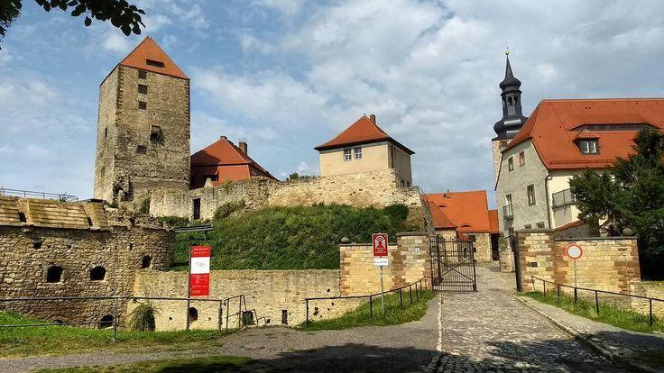 Ich nutzte gestern das schöne Wetter und besuchte die Burg Querfurt. Sie ist eine der größten erhaltenen Burganlagen in Mitteldeutschland. Hier ist der Blick aus Richtung Süden zu sehen. Die Burg wird häufig als Drehort für Filme genutzt.  #Querfurt #Sachsenanhalt #Deutschland #Germany #Burg #zamek #castle #architecturelovers #meindeutschland #diewocheaufinstagram #bestgermanypics #wanderlust #igersgermany #ig_deutschland #ig_germany #igersdeutschland #travelblogger #reiseblogger…
