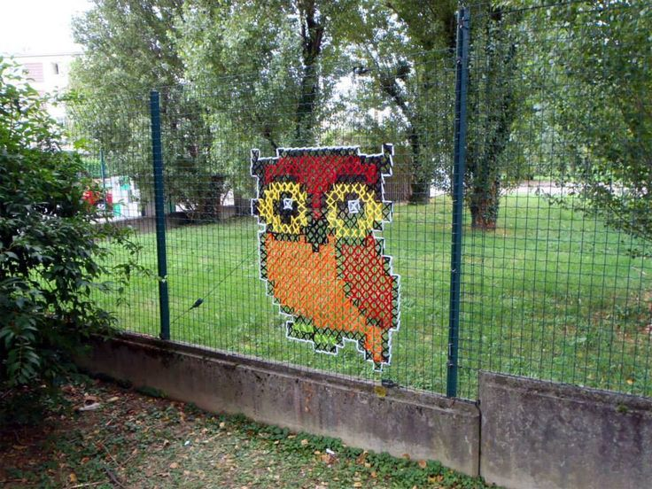Graffiti für Alt (und Jung natürlich!) … Sticken auf einem Maschendrahtzaun, einfach supercool!