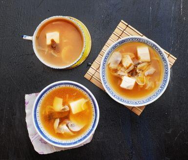 Misosoppa är en enkel och snabblagad soppa ifrån det japanska köket som kokas ihop på purjolök, champinjoner och misopasta. Tillsätt tofu i bitar så blir soppan lite matigare.