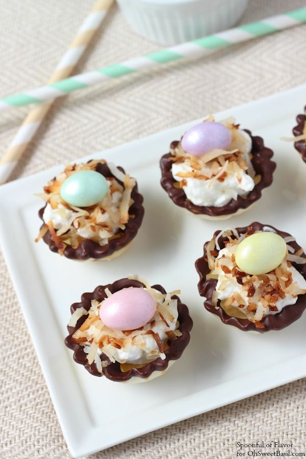 Mini + cute! Banana Coconut Cream Bites - the simple flavors of the banana, coconut + whipped cream combine to create an impressive little dessert. #easter #happyeaster #eastertreats