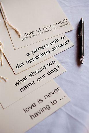 """Casamento   Livro de Convidados (inspirações pra fazer o seu): Perguntas.  Lembra dos livros de perguntas que a gente fazia na escola? Você pode fazer algo parecido: escreva cartões com perguntas como """"Qual deverá ser o nome do nosso primeiro filho"""", """"Como devemos chamar nosso cachorro?"""" ou ainda """"Para onde devemos viajar nas nossas primeiras férias?"""" As respostas podem dar ideias ou simplesmente divertir."""