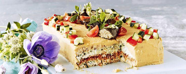 Mezepöydästä tutut ihanat maut, hummus ja tsatsiki, yhdistyvät tässä mehevässä voileipäkakussa. Koristelussa vain mielikuvitus on rajana. Tämäkin resepti vain n. 0,70€/annos*.