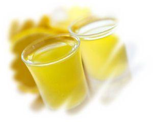 """Limoncello - Il limoncello rappresenta """"IL"""" #liquore fatto in casa per antonomasia. Se vuoi cominciare a fare il liquore fatto in casa devi necessariamente cominciare dal #limoncello. E allora cosa aspettiamo, cominciamo.  Procedimento Prima di tutto bisogna lavare bene i limoni; asciugarli bene e sbucciarli facendo attenzione ad asportare la sola scorza gialla in quanto il bianco sottostante """"dona"""" al liquore un fastidioso sapore amaro... Continua su http://www.treschef.com/limoncello/"""