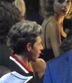 {gif} HAHA you can see taylor looking back at harry