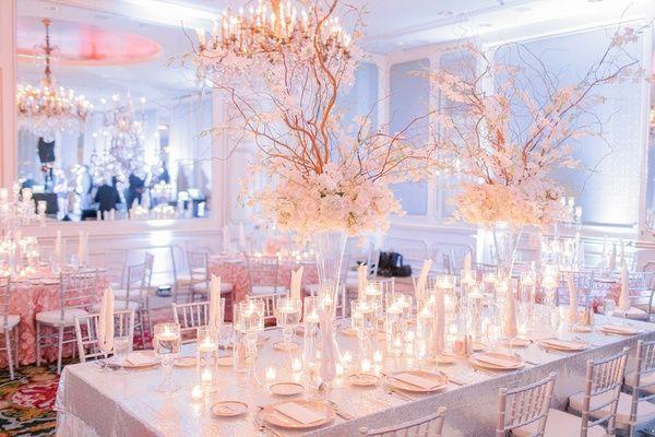 Mesa larga de recepción de boda  con mantel de lentejuelas, flores de marfil, sauce rizado y velas flotantes, de ensueño. #BodasClasicas