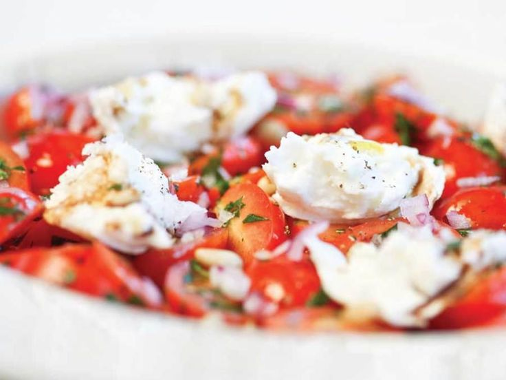 I sin enkleste form dreier det seg om salaten som italienerne kaller Caprese, fra Capri. Den må inneholde fersk bøffelmozzarella fra nabolaget Campania, de solmodne, knallrøde tomatene fra vulkanskråningene ved Napoli og selvsagt struttende, frisk basilikum. Vår variant har fått ekstra smakshjelp ettersom vi verken kan få fersk mozzarella, men nedkjølt og eksportert med betydelig smaksreduksjon.Kilde: Stavanger Aftenblad. Foto: Elisabeth Tønnessen